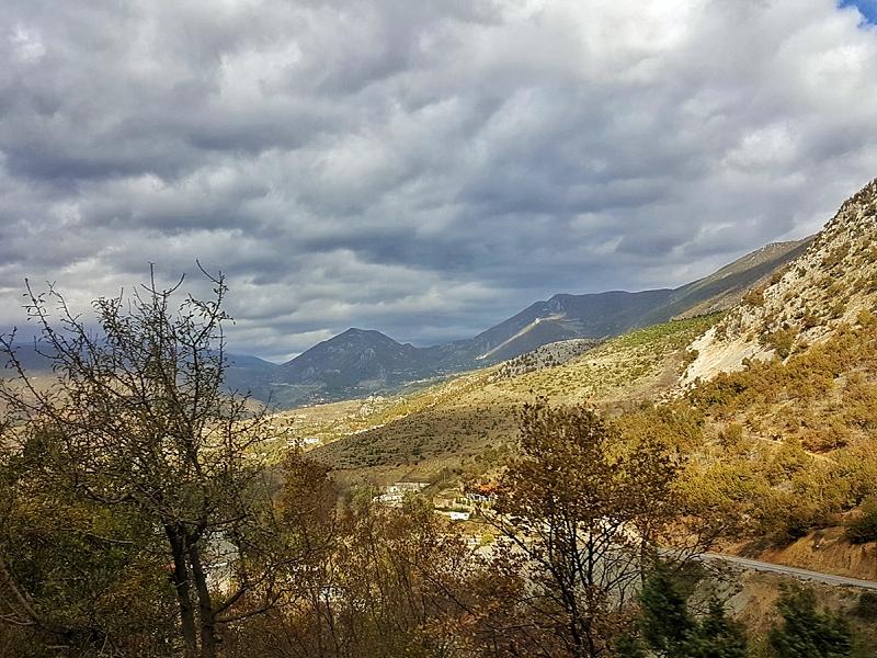 Epifania in montagna in Albania | Panorama di montagna che si vede dalla strada che porta da Tirana a Korça