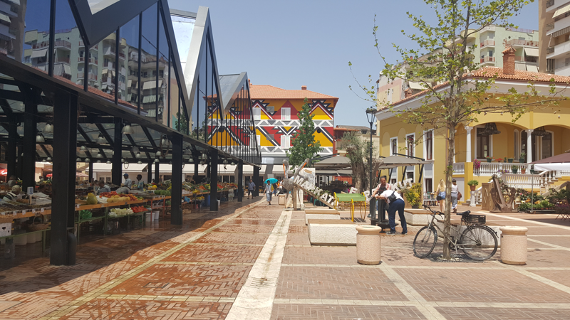 Epifania in montagna in Albania | Pazari i Ri, il quartiere riqualificato con edifici colorati, ristoranti, mercato del fresco, frutta, verdura e prodotti tipici albanesi