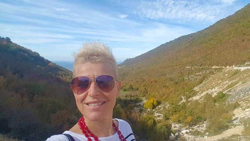 Viaggio in Albania a dita e veres, selife Sara Perico con panorama Albania