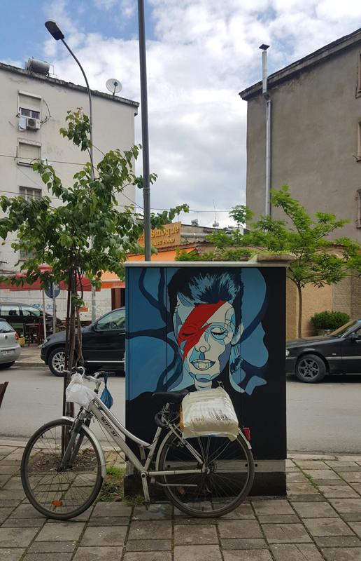 Visitare Tirana, disegno Bowie