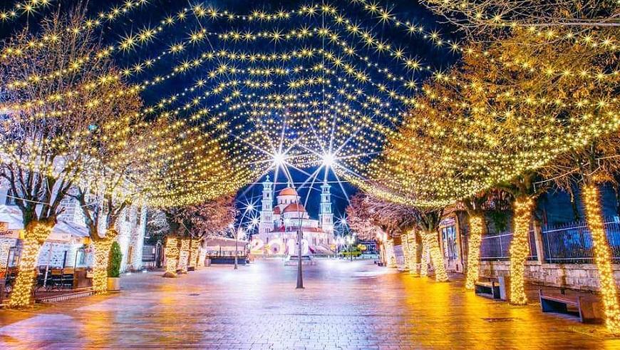 Auguri Di Natale In Albanese.Capodanno In Albania Festeggiare Il Capodanno A Korca La Piccola
