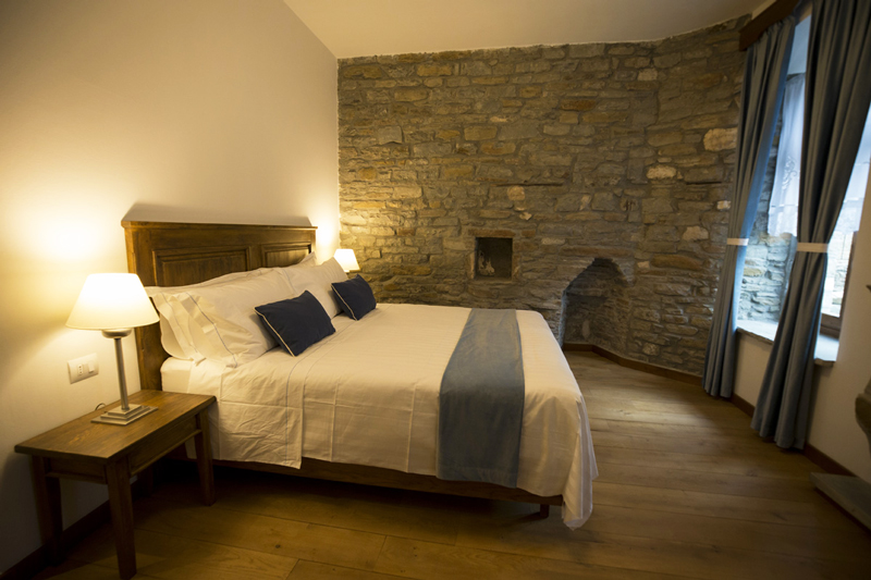Villa Permet, camera matrimoniale con muro in pietra