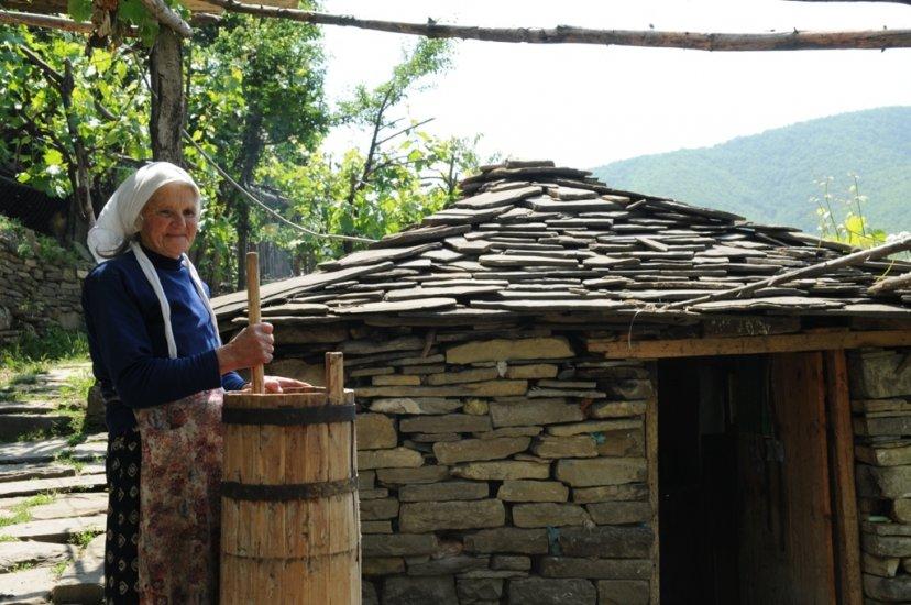 Permet, anziana signora prepara burro
