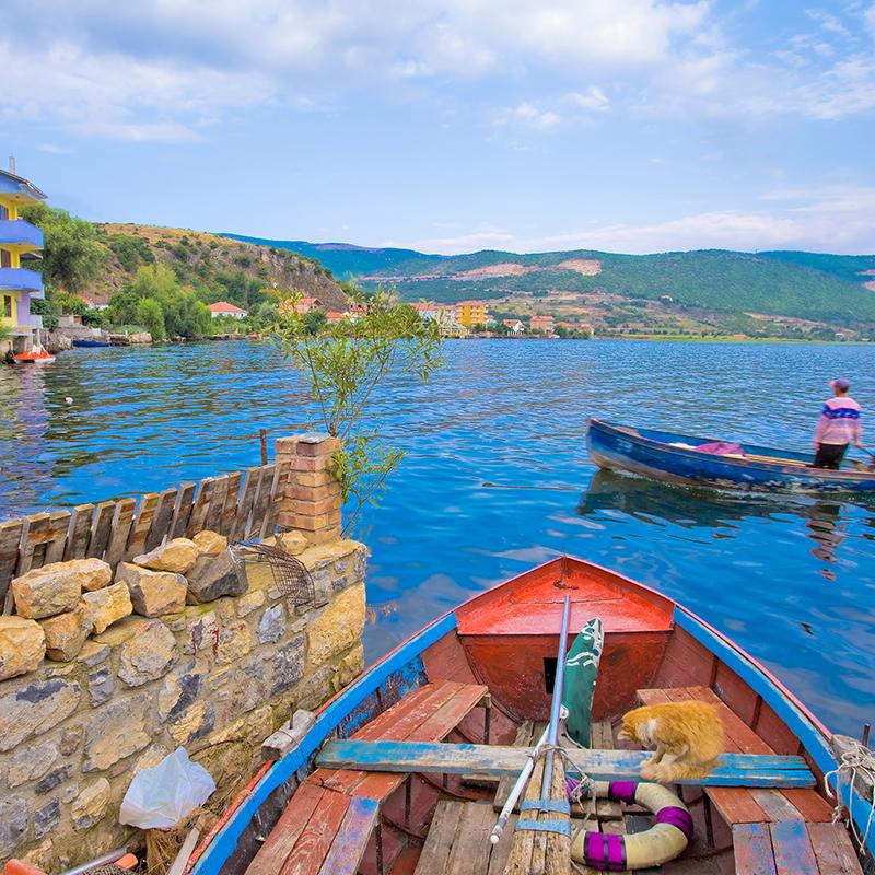 Piccola imbarcazione a Lin sul lago di Ohrid in Albania | Vado in Albania viaggi e vacanze in Albania