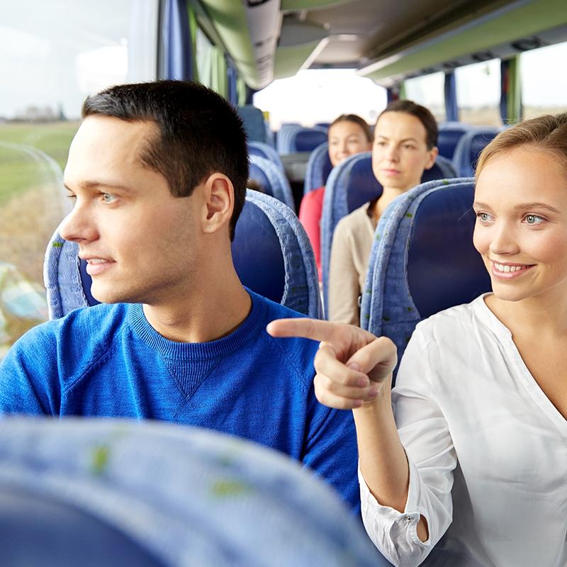 Giovane coppia in viaggio su un bus turistico| Vado in Albania viaggi e vacanze in Albania