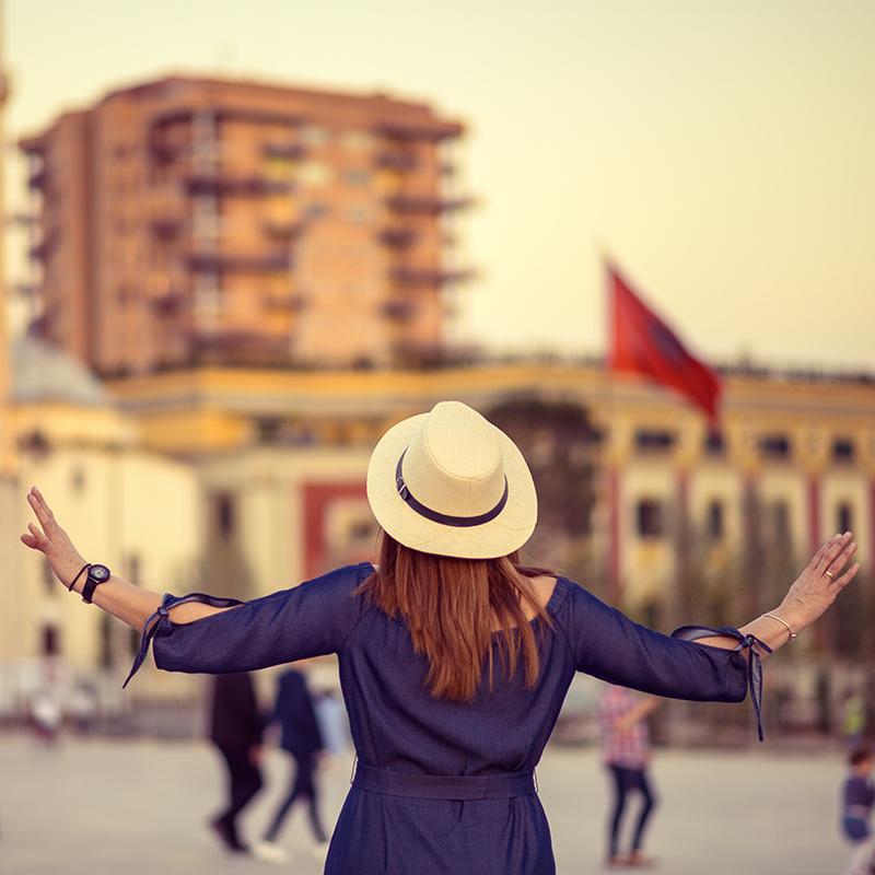 Giovane donna con il cappello a Tirana | Vado in Albania viaggi e vacanze in Albania
